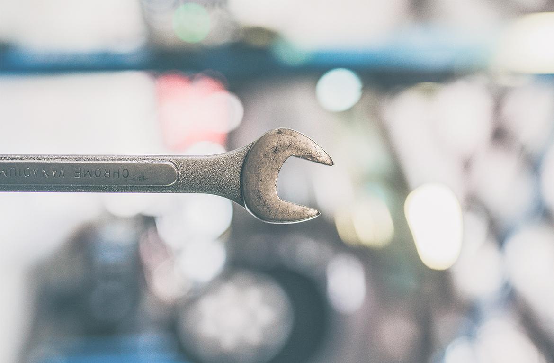 Schraubenschlüssel als Symbol für das HubSpot E-Mail-Tool